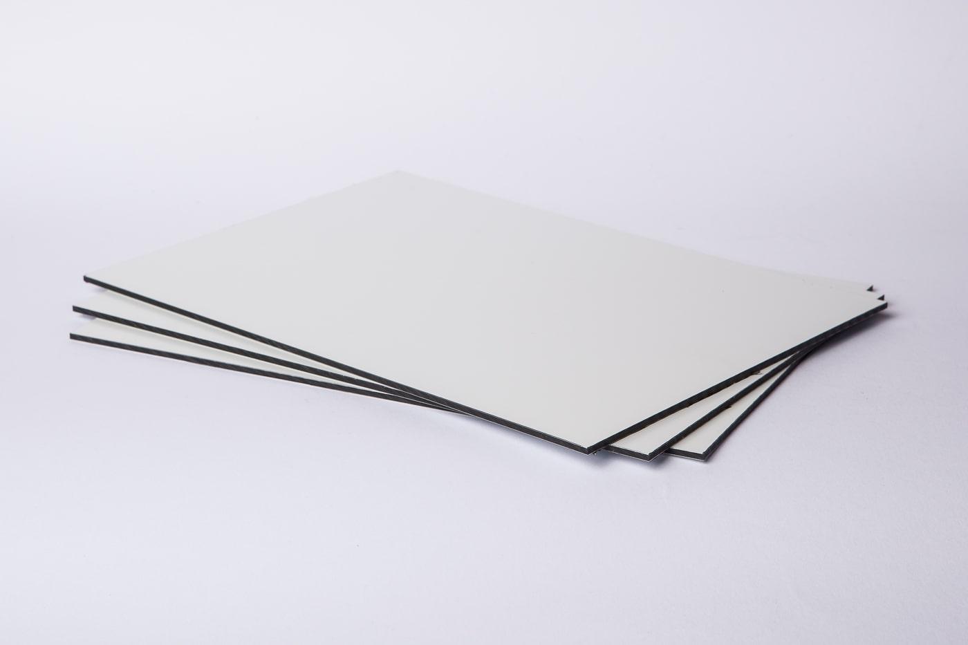Eine Aufnahme eines Stapels Etalbond d2 Aluminiumverbundplatten mit weißer Deckschicht