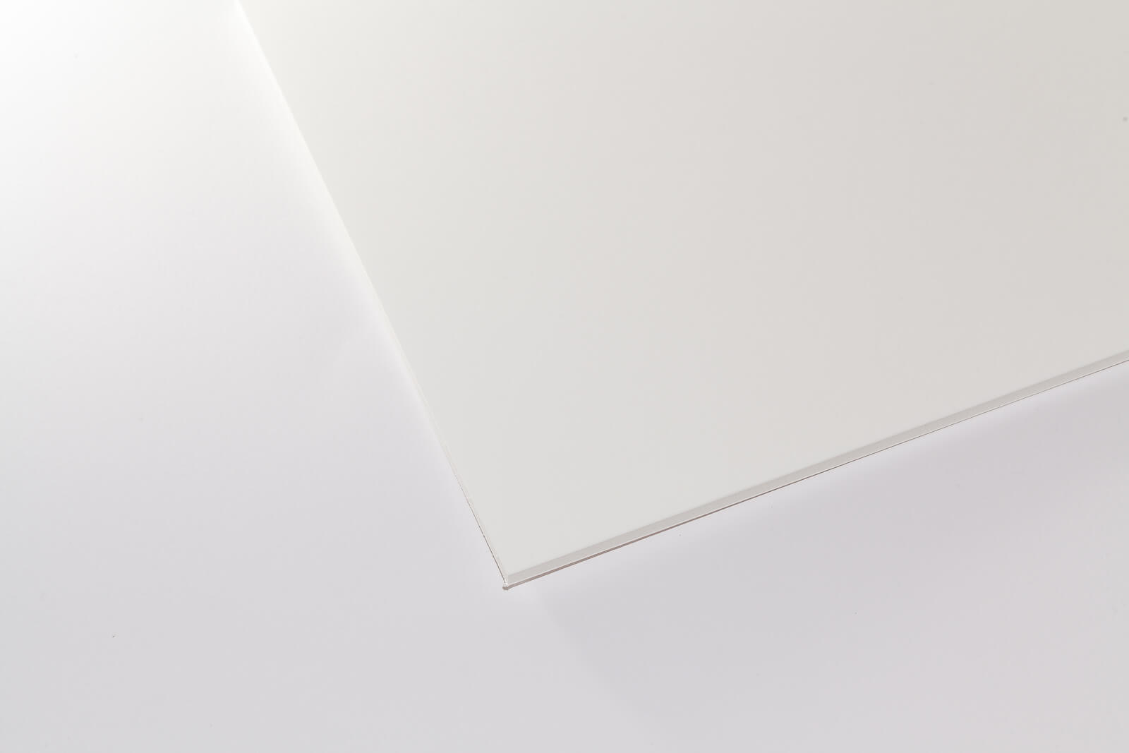 Eine Aufnahme einer weißen Kapa-Graph Leichtschaumplatte von oben