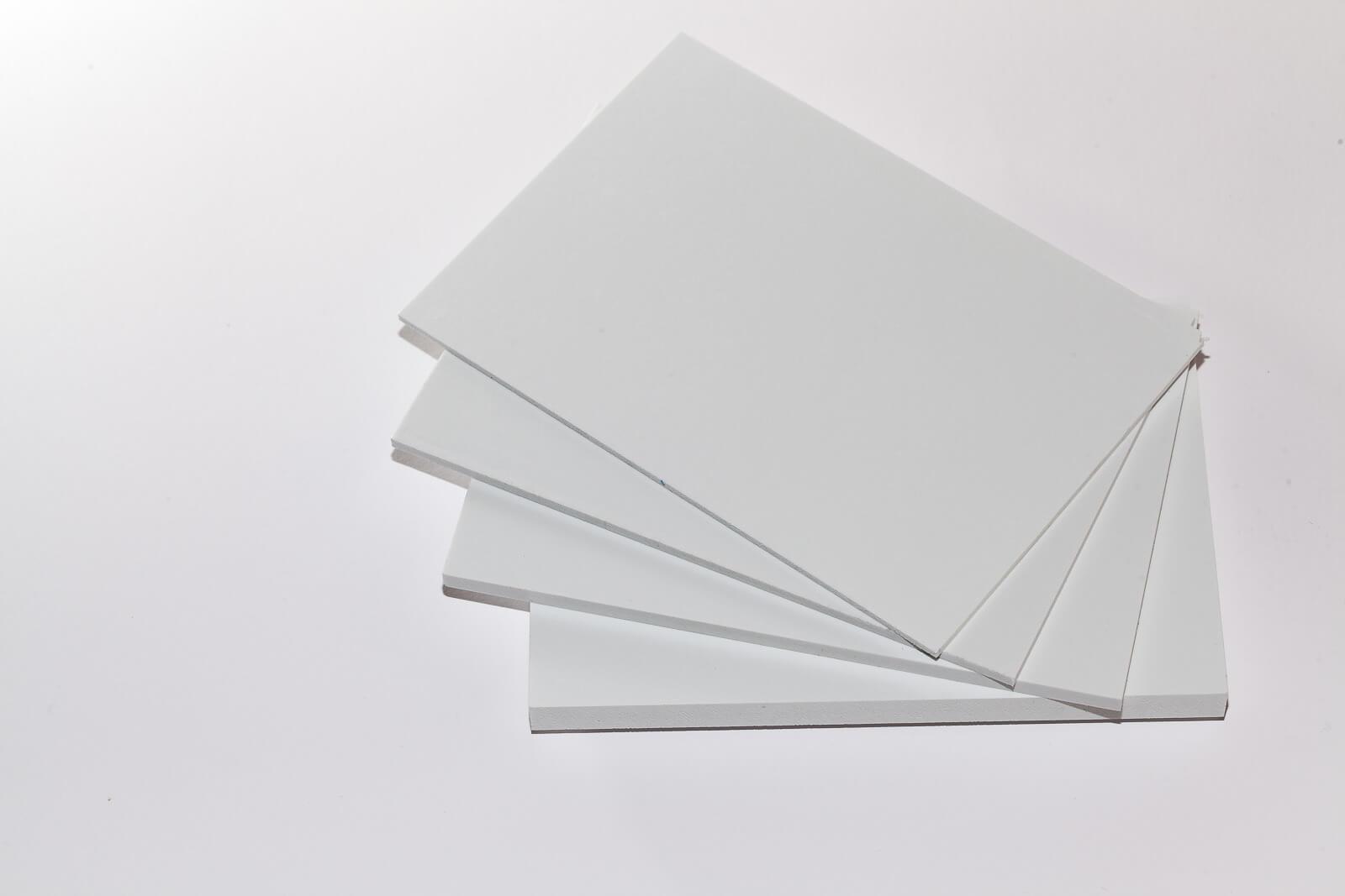 Eine Aufnahme von oben von vier weißen Simopor Light Platten PVC-Hartschaumplatte