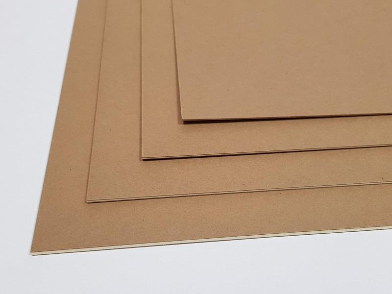 Eine Aufnahme der braunen Kroma Kraft Displaypappe in vier Stärken