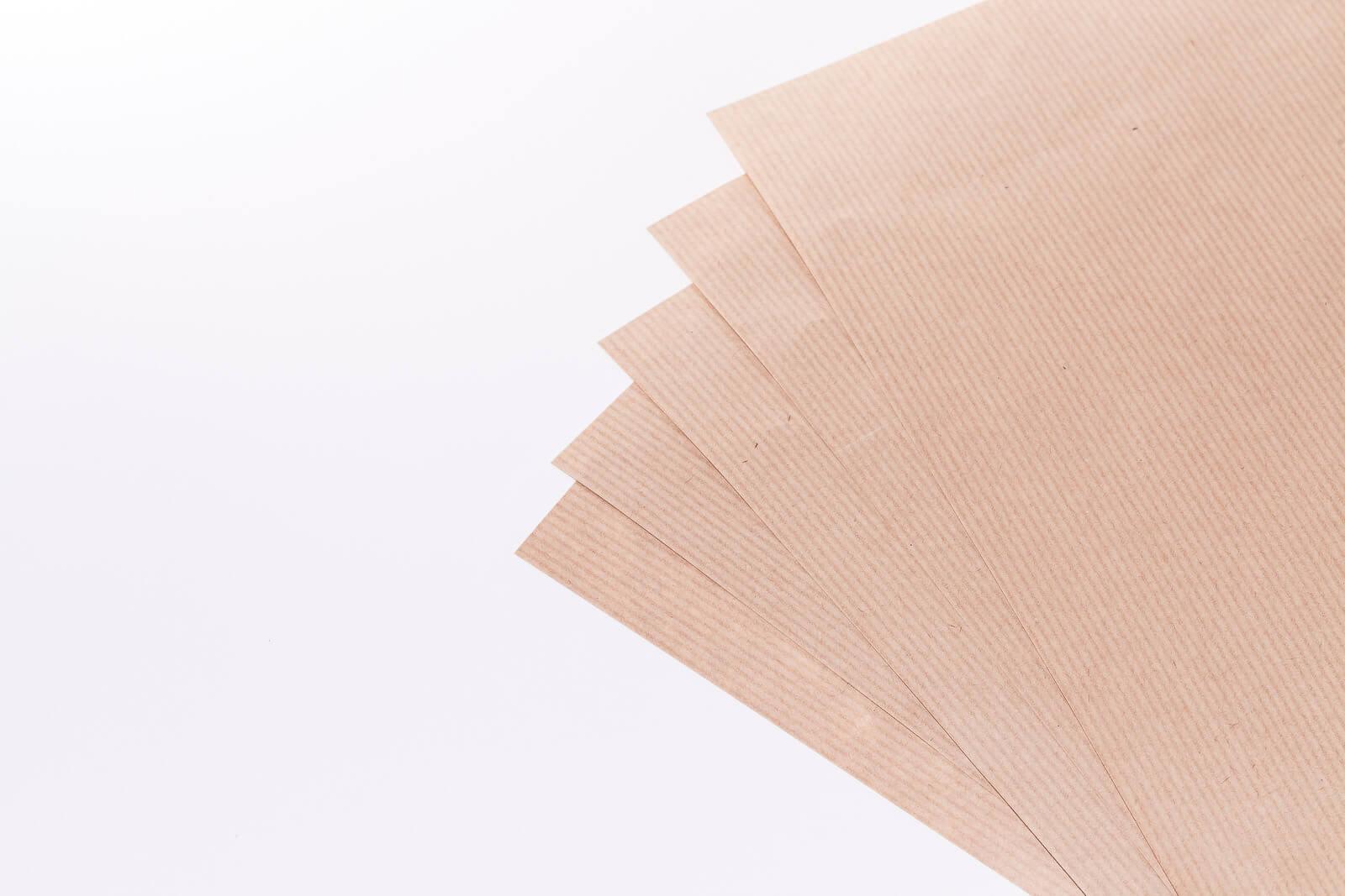 Eine Nahaufnahme von mehreren Bögen braunem Kraftpapier