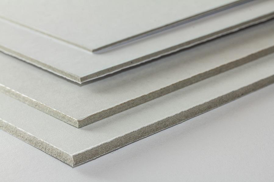 Eine Aufnahme von vier verschiedenen Dicken der Graupappe weiß matt kaschiert
