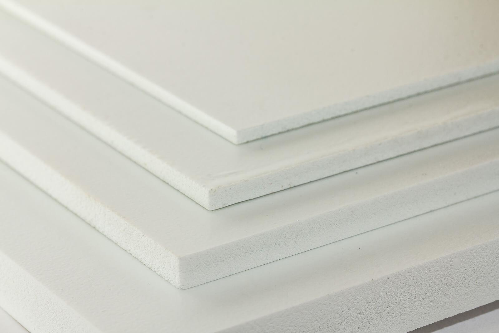 Eine Nahaufnahme vier verschiedenen Dicken der weißen Simopor light PVC-Hartschaumplatte
