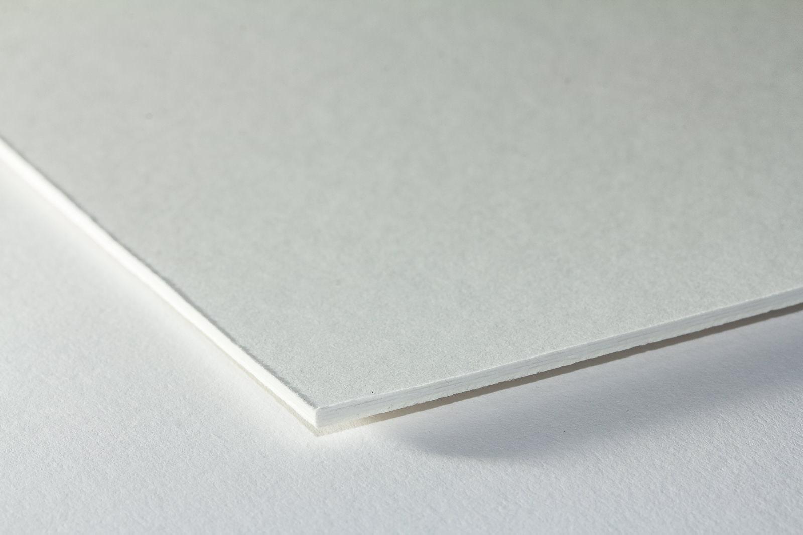 Eine Nahaufnahme der Oberflächenstrukturunserer Fließkarton/ Löschkarton in einer Stärke