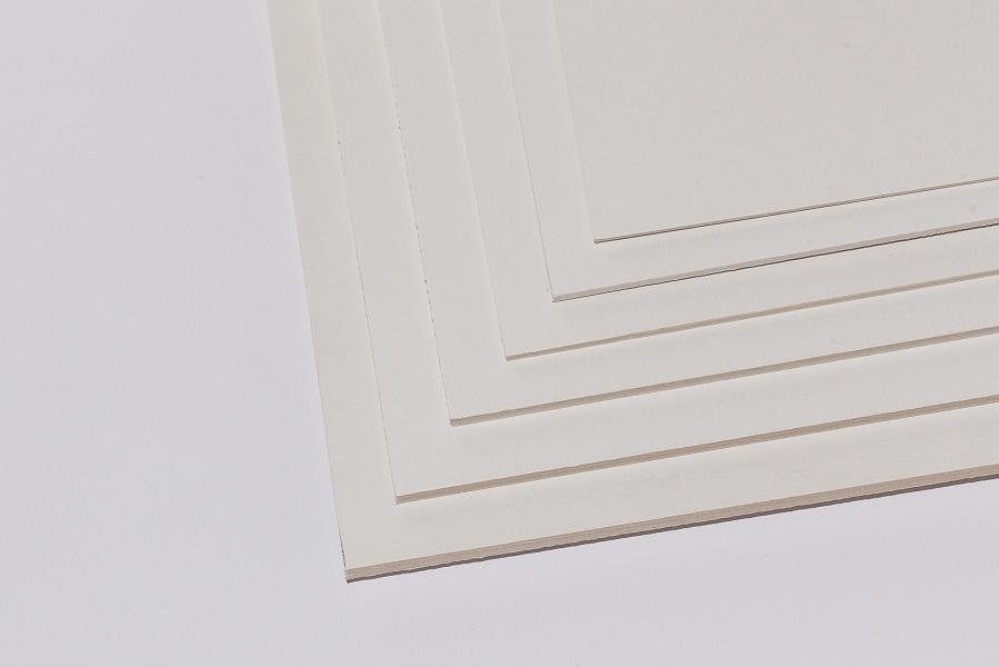 Ein Stapel Kölner der Pappe kaschiert, eine finnische Holzpappe mit weißer Deckschicht