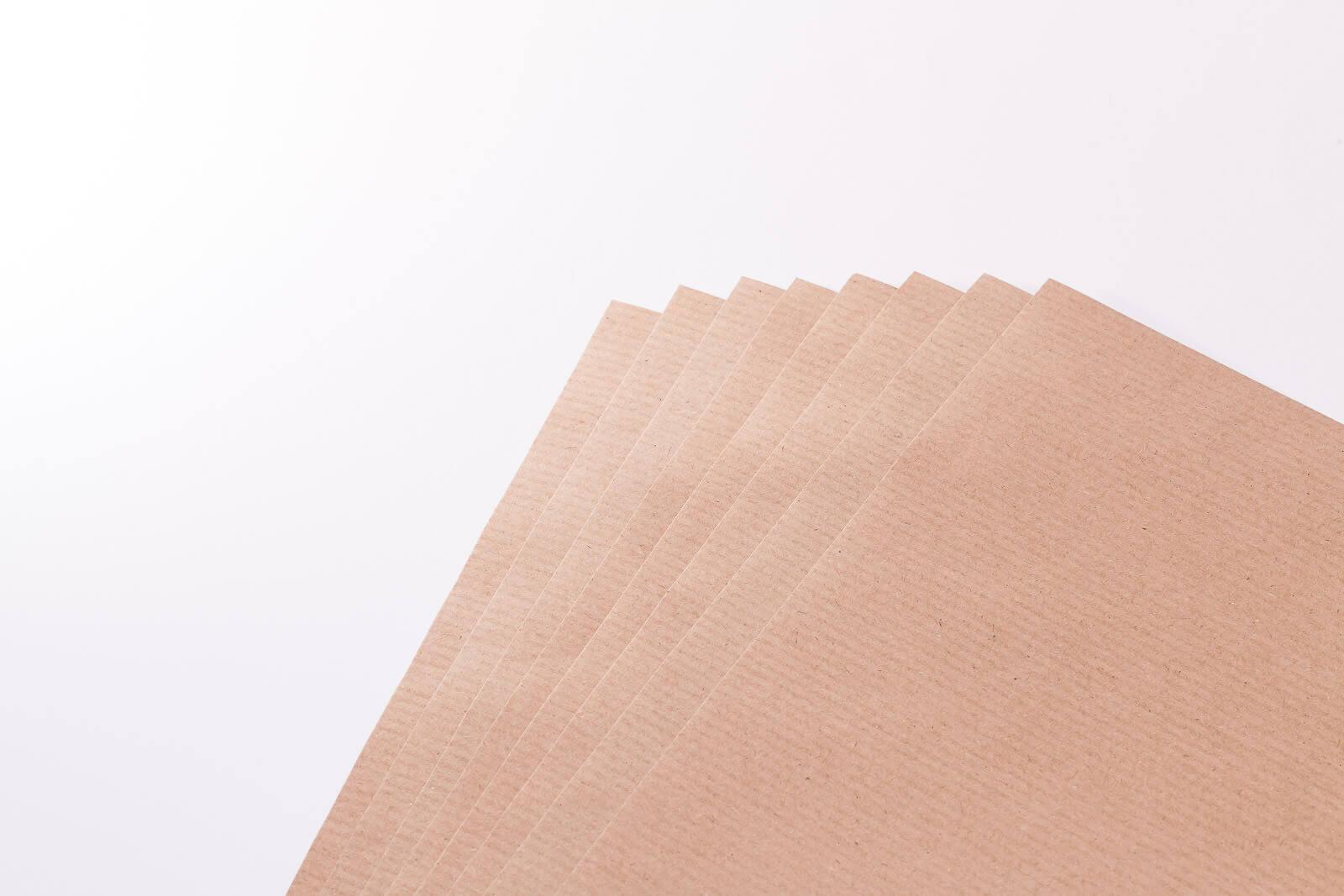 Eine Nahaufnahme von mehreren braunen Natron-Packpapier Bögen