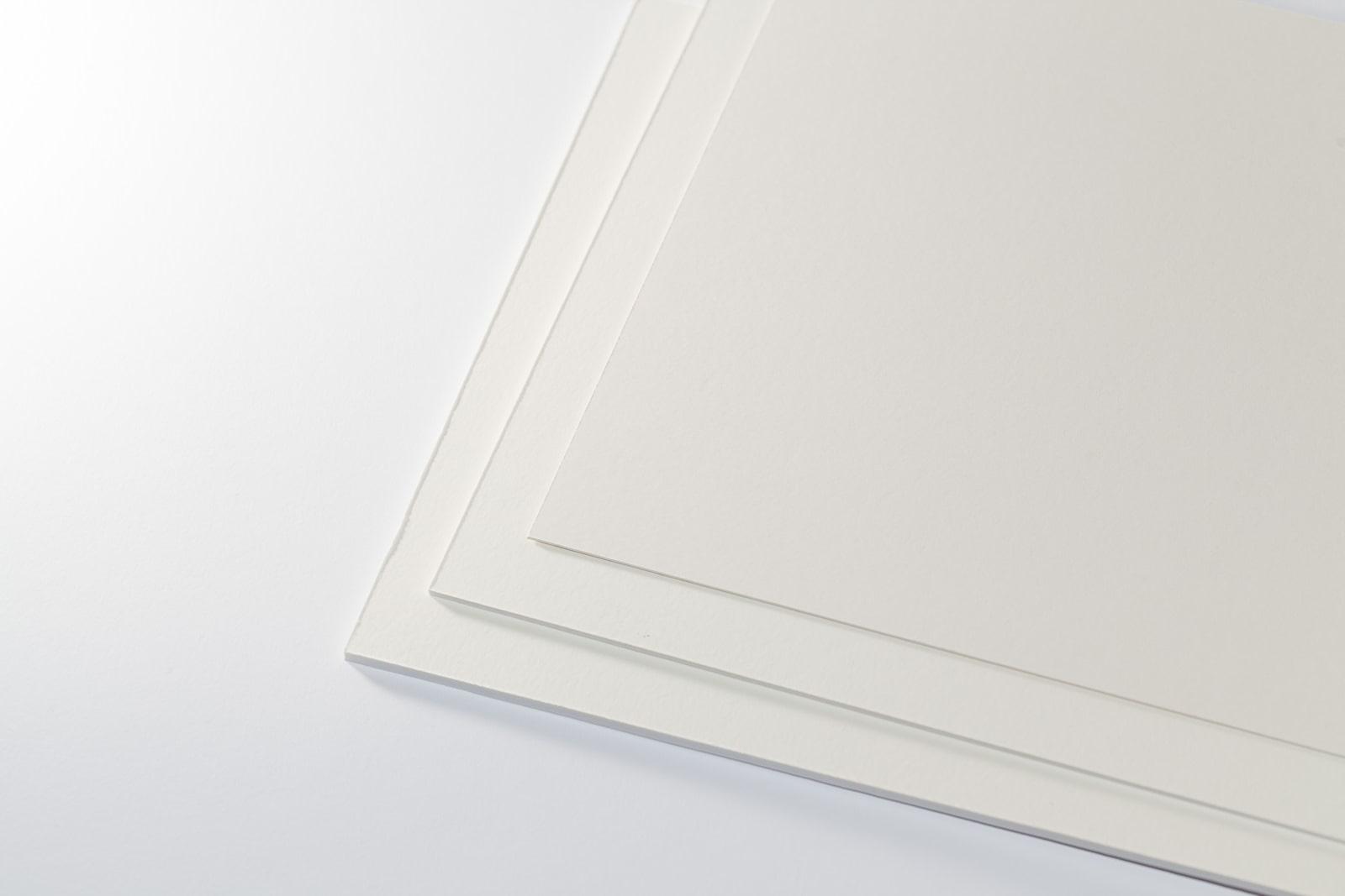 Eine Aufnahme unseres Passepartoutkarton classic creme/weiß in mehreren Stärken