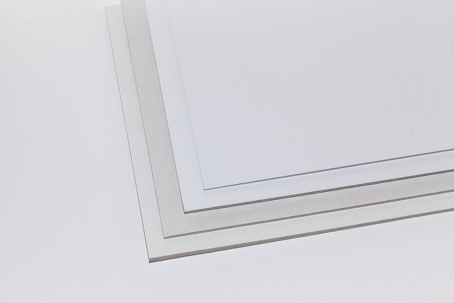 Eine Aufnahme eines Stapels Graupappen, weiss matt kaschiert in vier Stärken