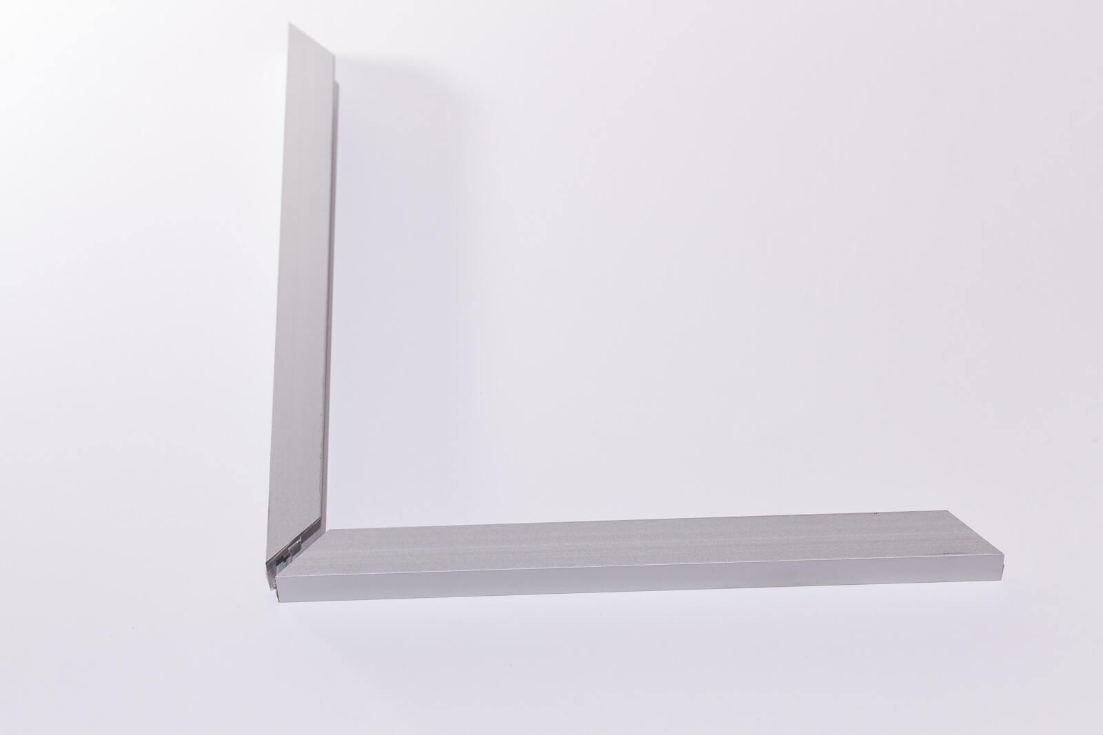 Eine Aufnahme von einem silber-matten HK 10 Aluminium-Rahmenprofil für 10 mm Leichtschaumplatten