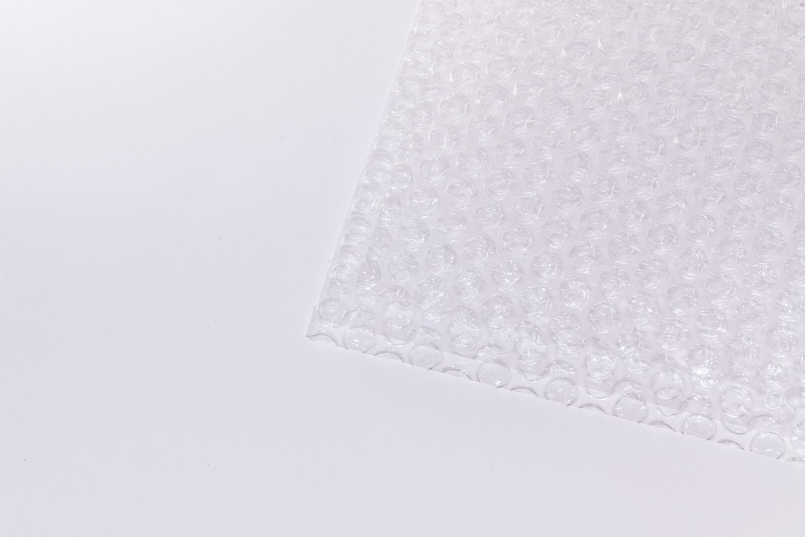 Eine Nahaufnahme der Oberflächenstruktur einer ausgerollten Luftpolsterfolie