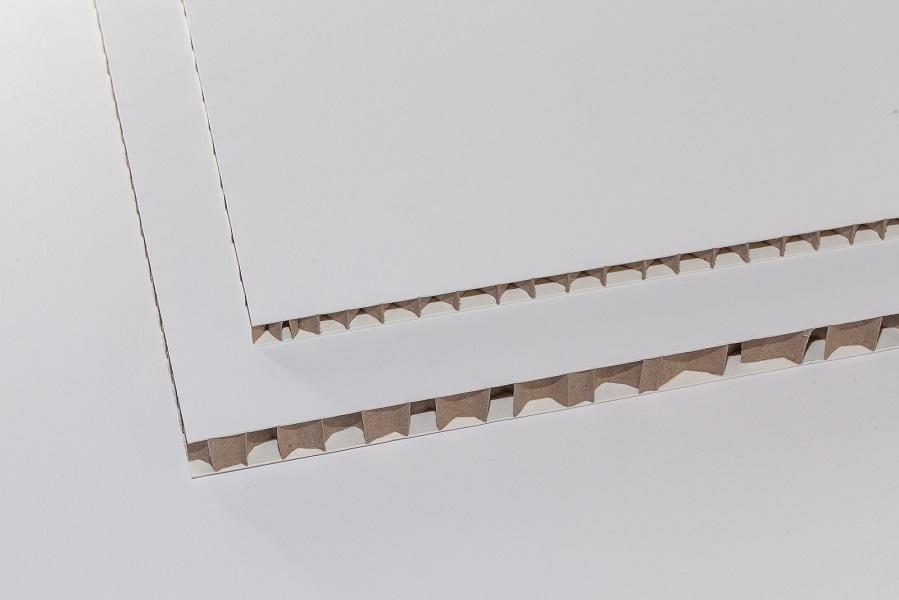 Eine Aufnahme von zwei Dicken der Deko-Wabenplatte weiß mit Braunem Kern