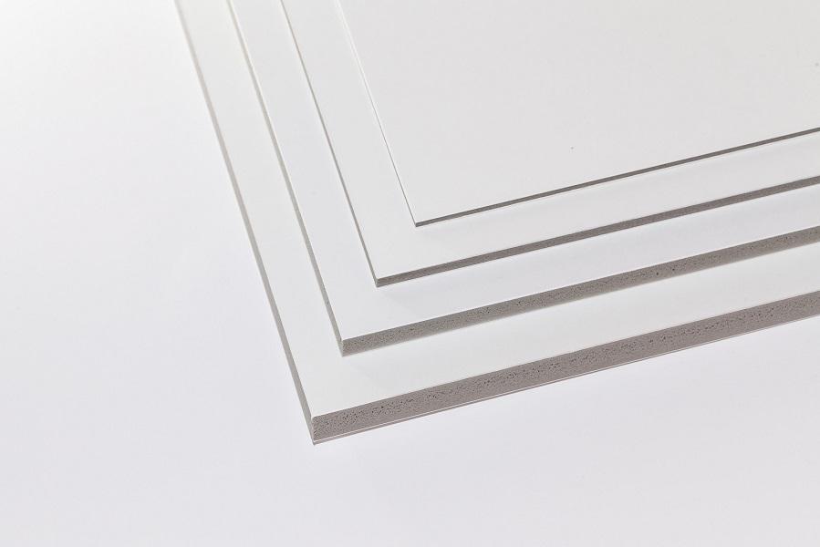 Eine Aufnahme von vier Kapa-Plast Leichtschaumplatten in vier Stärken