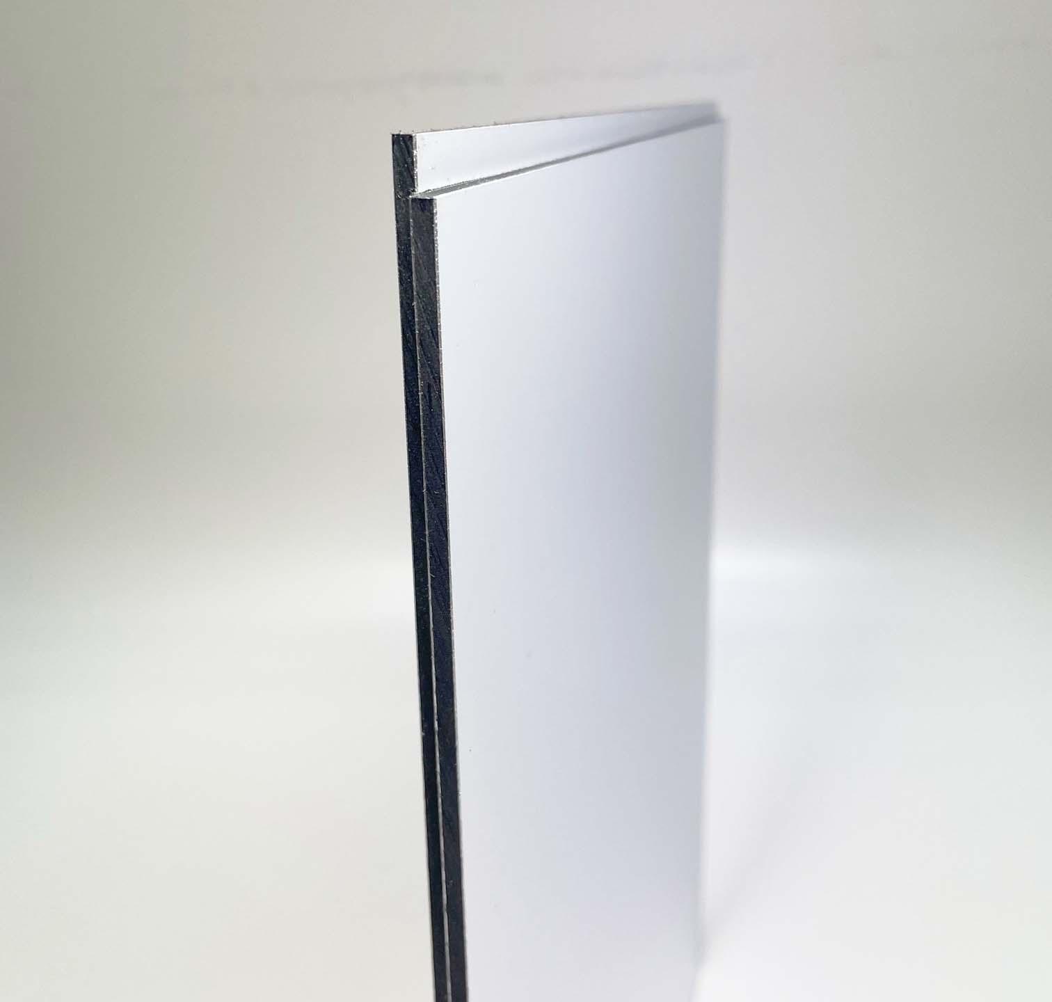 Eine Querschnittaufnahme einer 4 mm Etalbond d2 Aluminiumverbundplatte mit weißer Deckschicht