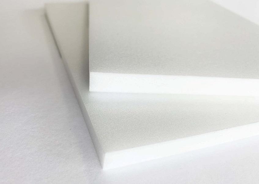 Eine Nahaufnahme der weißen Leichtschaumplatte Airplac Printfoam