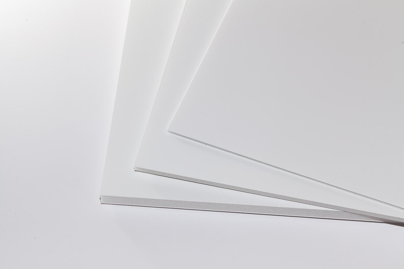 Ein Stapel weißer Airplac Premier Leichtschaumplatten in mehreren Formaten und Dicken