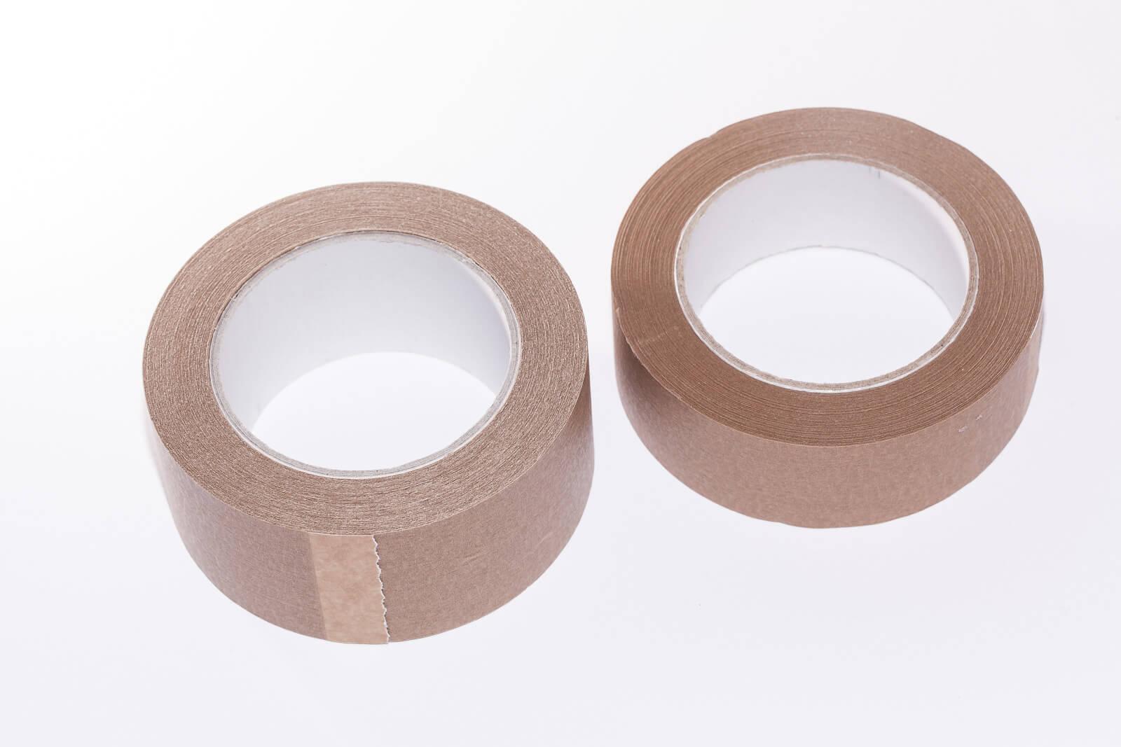 Eine Aufnahme von zwei Sselbstklebenden Papierklebebändern ECO15+