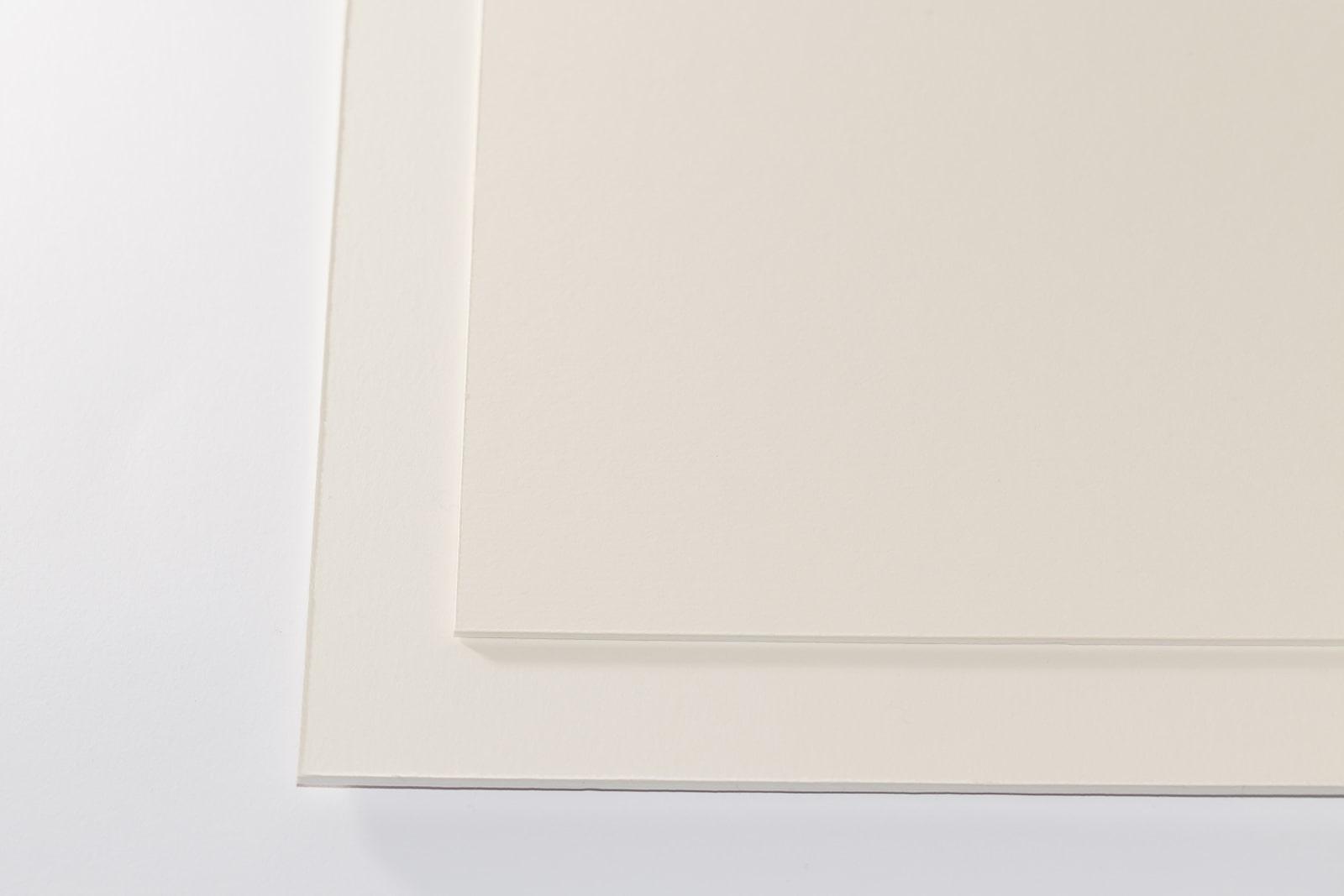 Eine Aufnahme unseres Museumskarton Zellstoff chamois/weiß in zwei Stärken